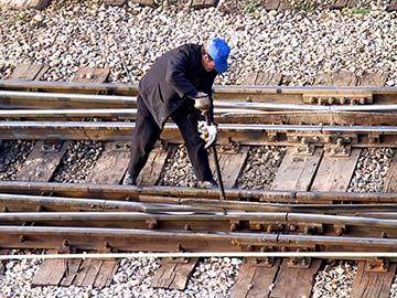 This rail worker faces many dangers every day. If you have been injured while working for a railroad company, call an Irving FELA attorney now.